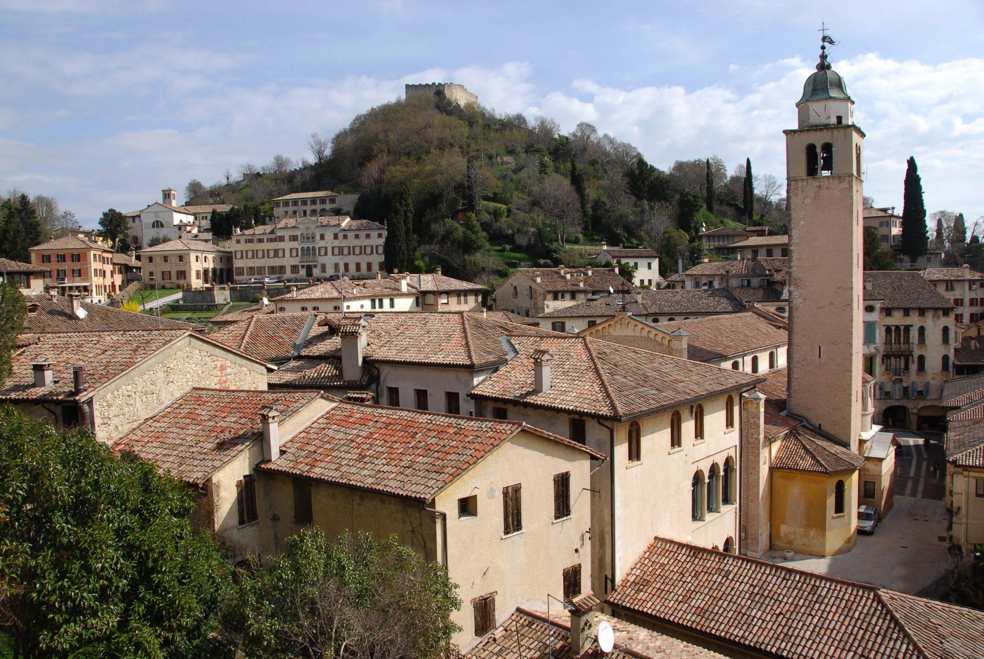 Vista sul centro storico e sulla Rocca di Asolo